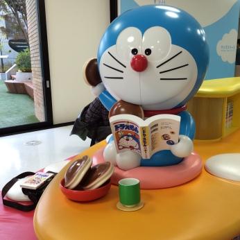 Doraemon dengan Dorayaki kesukaannya
