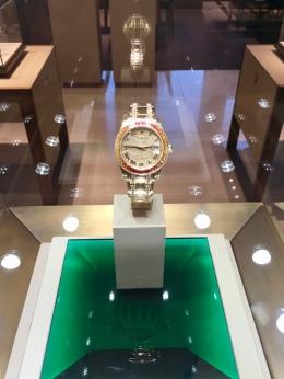 Harga jam tangan ini kalo dirupiahin sekitar 69 jeti. Duit segitu kalo buat beli bakso bisa dapet berapa mangkok?