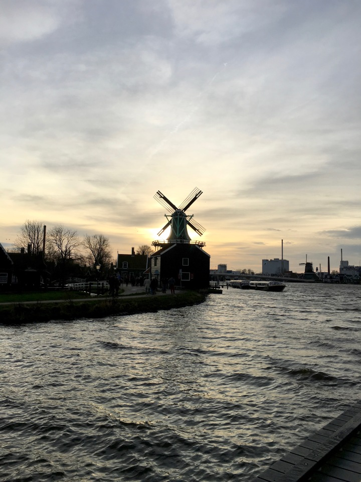 Melayang-layang di negeri 'Kinciran'. Terhembus Liarnya Amsterdam, Ademnya Volendam, dan Manisnya ZaanseSchans