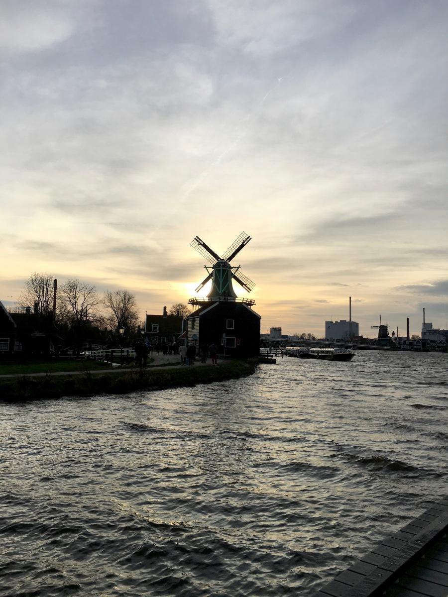 Melayang-layang di negeri 'Kinciran'. Terhembus Liarnya Amsterdam, Ademnya Volendam, dan Manisnya Zaanse Schans