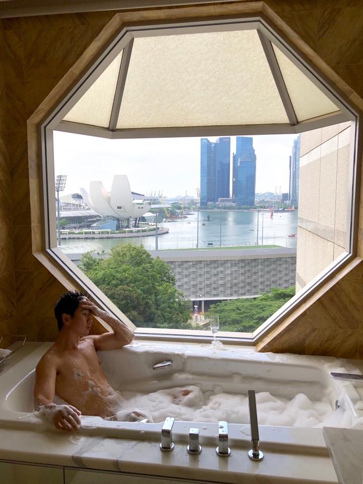 Ritz-Carlton Millenia. Hotel ala Millionnaire dengan Bathtub ter-mevvah diSingapore
