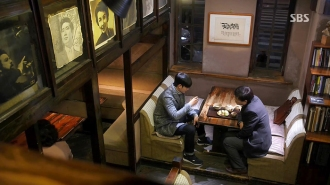 This cafe has been in business since 1956. When it first opened, it was a popular gathering place among Seoul National University students as well as figures from the art world