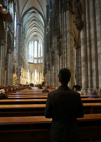 Once inside, the view was gloomy romantic. Suddenly 'you want to get married here'. I'm entering the 140-foot tall nave which is filled with elegant stained glass windows
