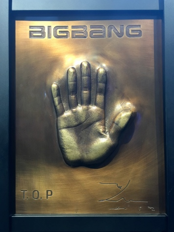 Star lounge in Klive, Seoul. Top's hand printings. Bang bang bang!