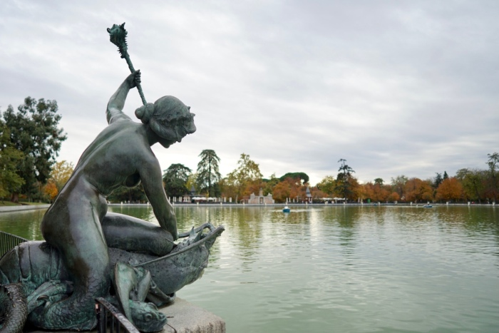 Such a beautiful and romantic park, filled with beautiful sculptures, monuments and a peaceful lake